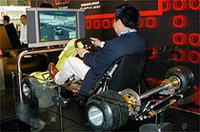 世界初公開「MINIクーパーS」(写真上) BMWブースに置かれたゴーカート、かと思いきや、「MINI」を擬似ドライブできるゲームだった(写真下)
