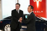 イーロン・マスクCEOからキーを受け取る、パナソニックの山田喜彦 代表取締役副社長。