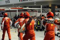 フェラーリのクルーが担いでいるのは、給油ホース。マッサはホースをつけた状態で見切り発車し、そのままホースを引きちぎりピットレーンの最後まで走行。セーフティカーラン中ながらポジションを最後尾まで落とし、かつこの行為でペナルティも受けた。(写真=Ferrari)