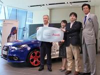 世界1台限定の「A1 SAMURAI BLUE」を購入した大分県の秋岡さん(右から2人目)。
