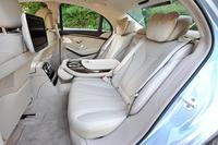 試乗車には、電動調節機能、ラグジュアリーヘッドレスト、リアエンターテインメントシステムなどがセットになるオプション「リアシートコンフォートパッケージ」(75万円)が装着されていた。ホイールベースは先代と同じ3035mmながら、室内は若干広がっている。いかなるマジック!?