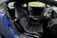インテリアの様子。写真のカーボン製シート(50万7150円)を選ぶと、「V8ヴァンテージ」よりも軽い1610kgの車重は、さらに17kg絞られる。