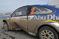 優勝候補のグロンホルムは、レグ1のSS4で横転。大破したマシンが痛々しい。