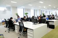 白を基調とした清潔感のあるオフィス空間。