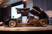 ドアはガルウイング式。ミドに搭載されるエンジンには、カウルを丸ごと立ち上げてアクセスする。