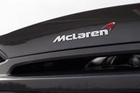 リアデッキに装着された「McLaren」のバッジ。「スピードマーク」と呼ばれるブーメランのような赤いマークが添えられる。