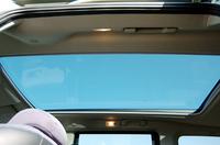 全車標準のパノラミックルーフは、任意の位置で止められる電動シェード付き。ちなみに、レスオプションを選択すると、車両価格が7万3500円安くなる。