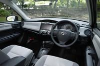 「アクシオ1.3X」のインストゥルメントパネル。エアコンのスイッチは、センタークラスターの手の届きやすい位置に配された。 なお、試乗車に装着されているカジュアルナビ(2011年モデル)=12万9150円、バックガイドモニター=2万7300円、ETC車載器ビルトインタイプ=1万448円はディーラーオプション。