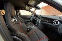 「GLA45 AMG エディション1」のインテリア。スポーティーな意匠のシートは、ハイパフォーマンスモデルならではのもの。