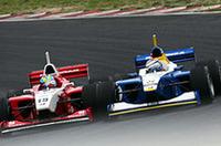 土屋武士(右)のインを突くブノワ・トレルイエ(左)。タイヤが接触し土屋ははじき出されコースアウト、ファーストスプリントを終えることになった。