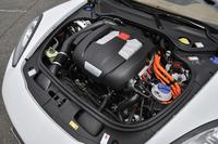 ハイブリッドパワーユニットは直噴の3リッターV6スーパーチャージャー付きガソリンエンジン(333ps、44.9kgm)と交流同期モーター(95ps、31.6kgm)で構成される。システムの最高出力は416ps(306kW)で最大トルクは60.2kgm(590Nm)。