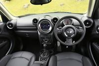 インテリアのデザインは、おおむね従来モデルと共通。多彩に取りそろえられた色や加飾パネルも「MINI」の特徴で、テスト車は「カーボン・ブラック」の内装色と「ダーク・アンスラサイト」のサーフェイスを採用していた。