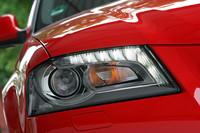 ヘッドライトの上縁に沿って光るLEDは、ポジションランプの役割を果たす。