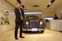 2015年4月にオープンしたブランド発信拠点「ミツオカギャラリー麻布」で「リューギ」を披露する、光岡自動車の光岡章夫社長。
