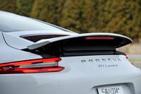リアに装備される可変スポイラー。新型「911カレラ」では空力的な役割に加え、高速走行時にインタークーラーへの空気の流量を増加させる役割も担っている。