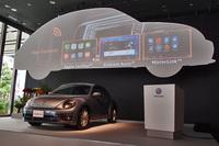 アップル社の「CarPlay」やグーグルの「Android Auto」が利用可能に。上部のスクリーンに映しだされているのは、その画面イメージ。