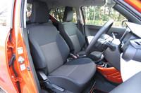 「イグニス」のフロントシート。シート表皮には全車共通でファブリックが採用されている。