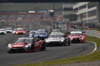 GT500クラスのスタートシーン。2台の「日産GT-R」を、No.1 ZENT CERUMO RC F(写真右端)が追う。