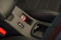 パーキングブレーキは電動式。スイッチはセンターコンソール上に配される。