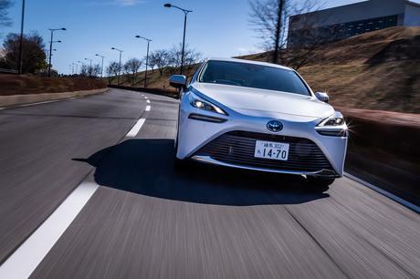 フルモデルチェンジでがらりと見た目の変わったトヨタの燃料電池車「ミライ」。大型FR車用のプラットフォー...