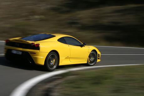 フェラーリ430スクーデリア(MR/2ペダル6MT)「F430」ベースの高性能モデル「F430スクーデリア」。軽量化...