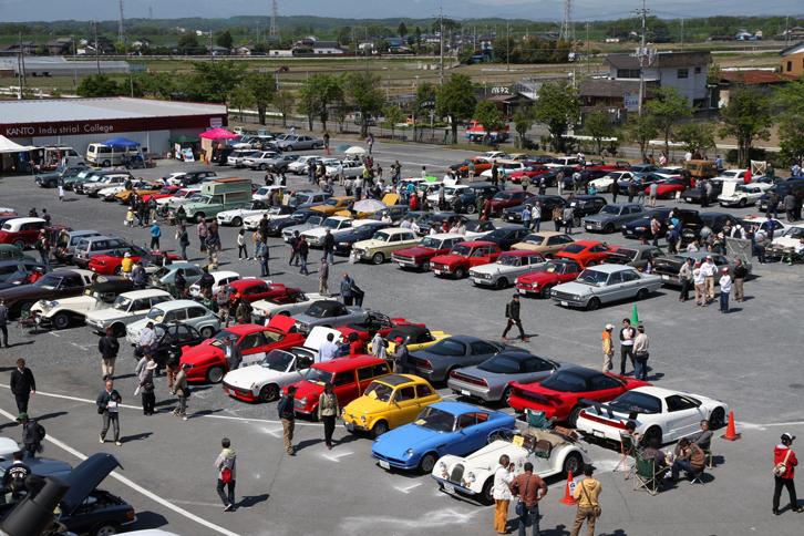 グラウンドに並んだ参加車両の一部。写っているクルマをざっと数えたところ150台くらい。全体ではこの倍以上が集まった。
