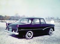控えめなテールフィンを持つリアビュー。1955年「フォード・フェアレーン」によく似たサイドモールディングを持つこれは「スカイライン スタンダード」(ALSIS-1)だが、本来タイヤはホワイトウオールではなく黒タイヤとなる。93万円という価格は「クラウン スタンダード」より8万円高く、タクシー向けとしては小さからぬハンディとなった。それにしても、これが「カローラ アクシオ」より小さなクルマとは思えない。