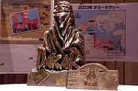 アフリカの砂漠の民をモチーフにした優勝トロフィー。増岡の目標は、これをもう3つ手に入れ、史上初の5勝を記録することという
