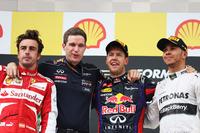 ベルギーGPの表彰台。今季5勝目を飾ったレッドブルのセバスチャン・ベッテル(左から3番目)、2位に終わったフェラーリのフェルナンド・アロンソ(左端)、3位でゴールしたメルセデスのルイス・ハミルトン(右端)。(Photo=Red Bull Racing)