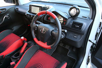 赤と黒のツートンカラーで仕立てられるインテリア。ダッシュボードの上には、別体型のタコメーターが置かれる。