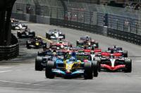 スタートでトップを守ったアロンソ(写真手前)。2番グリッドのマーク・ウェバー(その後ろ)が2位で続いたが、すぐにキミ・ライコネン(向かって右)に抜かれ、以後アロンソ対ライコネンのマッチレースが展開された。(写真=Renault)
