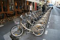 貸し自転車の「ヴェリブ」。もはやパリの風景の一部に。