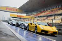 上海国際サーキットのピットレーンにずらりと並んだ試乗車たち。