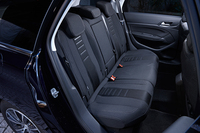 後席は従来モデルの3席独立タイプから、ベンチシートへと変更されている。