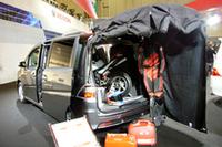 こちらは、ステップワゴンの参考出品車「キッズバイクトランスポーター」。 シート収納時活躍する防汚マット&カバーのキットを用意し、ミニバイクの輸送などユーザーのモータースポーツライフをサポートする。