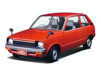 1979年「アルト」。発売当初はモノグレードで、ウィンドウウォッシャーは手押しポンプ式でラジオもオプション、左側ドアの鍵穴まで省略するなどコストダウンを徹底していた。エンジンは「フロンテ」用を拡大した水冷2ストローク3気筒539ccだったが、81年に4ストローク直3 SOHC 543ccを追加。どちらも最高出力は28psだった。