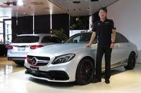 「メルセデスAMG C63」の日本導入記念限定車「C63 S Edition 1」と、メルセデス・ベンツ日本の上野金太郎社長。