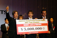 チーム部門の賞金を受け取る(写真左から)、mobilecast IMPULの星野一義総監督、松田次生、そしてブノワ・トレルイエ。