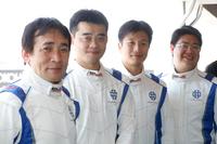 鈴木利男氏(一番左)率いるハイテックの開発ドライバーたち。