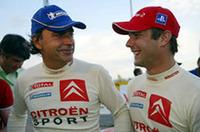 ロウブ(右)の隣には、昨年いっぱいで引退した、歴代最多勝ドライバー、カルロス・サインツの姿。不振に喘ぐ若手フランソワ・デュヴァルに代わりひとまずの復帰を果たし、4位でゴールした。(写真=シトロエン)