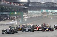2戦連続のポールポジションからトップを守ったハミルトン(先頭)。3番グリッドから2位に上がったロズベルグに、予選2位のセバスチャン・ベッテルが並びかけた。(Photo=Mercedes)