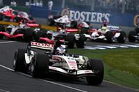予選での速さはあったジェンソン・バトンと「ホンダRA106」(写真手前)。しかしレースではグリップ不足で1位から徐々に後退した。5位入賞間近、最終コーナーでエンジンがブロー、マシンはゴールライン直前でストップし結果10位完走扱いとなった。ポイントは逃したが、ゴールしなかったことで、次戦のエンジン交換による10グリッド降格ペナルティは免除された。チーム移籍後苦戦をしいられているルーベンス・バリケロは、ブレーキに問題を抱えながら何とか7位完走、今年初のポイントを獲得した。(写真=Honda)