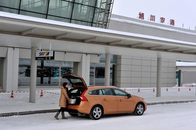 今回は、「ボルボV60 DRIVe(ドライブ・イー)」で、冬の北海道をドライブ。ワゴンならではの荷室にスタッフの分まで荷物を積んで、旭川空港からいざ出発〜!