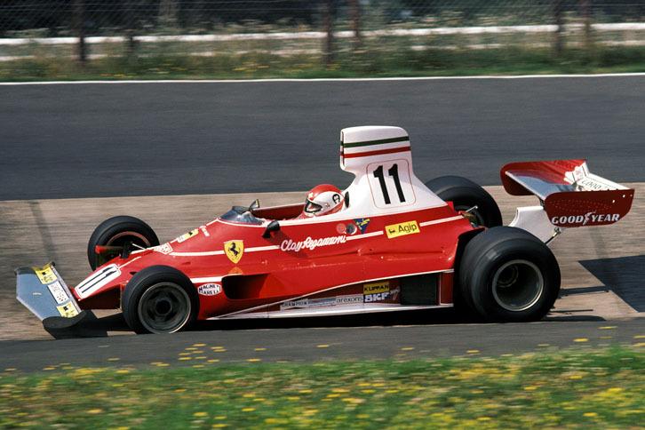 「フェラーリ312T」(1975年)/Tの由来となった横置きギアボックスを搭載したのを始め、フロントタイヤ直後に配置されたラジエーターを通過した空気は、カウルによって上方に跳ね上げられるなど独創的な機構を満載したマシンで、独特の形状のフロントウイングも目を引いた。この年、ニキ・ラウダが5勝を記録し、初のドライバーズチャンピオンを獲得。チームメイトのクレイ・レガッツォーニも1勝し、コンストラクターズチャンピオンも獲得した。
