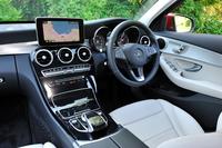 緩やかな曲線を描きながら運転席と助手席の間に横たわる、大きなセンターパネルが印象的なインテリア。「C180アバンギャルド」ではピアノラッカー調(写真)、「同AMGライン仕様」では光沢を抑えたブラックアッシュウッドが採用される。