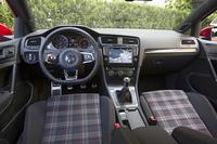 タータンチェックのシート生地にゴルフボール風シフトノブ(MT仕様のみ)と、「GTI」の伝統を継承している。
