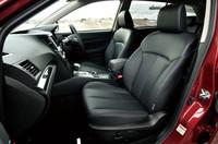 テスト車にはオプションの本革シートが装着されていた。専用のブルーステッチが施される。