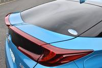 「プリウスPHV」の特徴的なリアまわり。中央がくぼんだガラス面と一筆書きのように見えるランプで「先進スタイルと機能の融合」が表現されている。