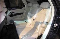 リアシートにはセンターコンソールで左右を仕切られた2人乗りと、ベンチタイプの3人乗り(写真)の両方が用意される。