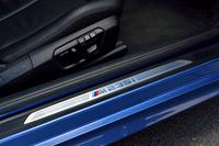 """ドアシルプレート(写真)は、""""M235iロゴ""""入りの専用品がおごられる。"""